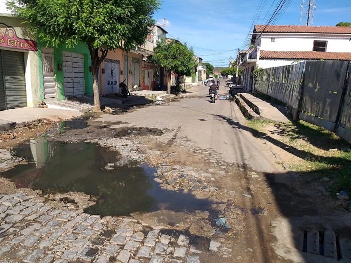 Esgoto estourado pela oitava vez jorra água e exala mau cheiro nas Ruas Alda Férrer e Alexandre Bezerra