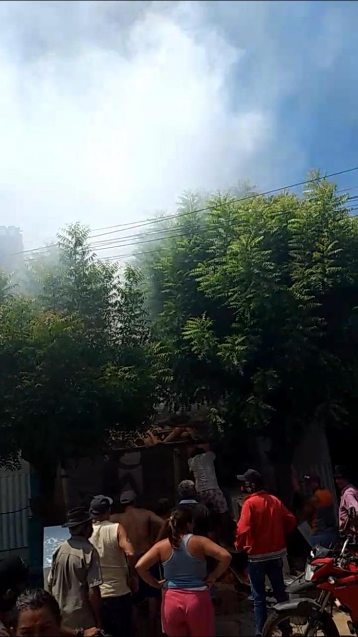 Residência pega fogo no Bairro do Cruzeiro em Lavras da Mangabeira